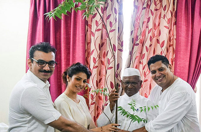 Anna Hazare gifted Tanishaa