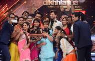 Selfie moment on the sets of Jhalak Dikhhla Jaa with the Jury and participants