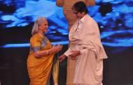 Amitabh Bachchan greets Waheeda Rehman