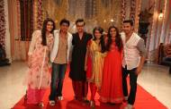 Shah Rukh Khan, Kajol, Varun Dhawan and Kriti Sanon with Ankush Arora and Sonal of Zee TV's Yeh Vaada Raha