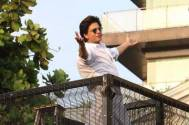 Shah Rukh Khan makes an appearance to wish fans from Mannat