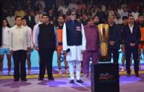 Amitabh Bachchan stands ahead of Maharashtra Chief Minister Devendra Fadnavis, Anand Mahindra, CMD, Mahindra Group, and Uday Shankar, CEO, Star TV, as he prepares to sing the Indian national anthem during the inaugural match after the opening ceremony of the Pro Kabaddi League 2015