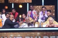 Pyarelal Ji plays violin on the stage of Indian Idol Season 11