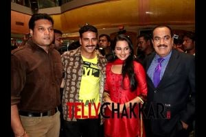 "Akshay Kumar turns ""Rowdy"" on the sets of CID"