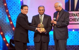 Rana Kapoor and Dr.Raghunath Mashelkar awarding Dr.Subra Suresh during the International Indian Achiever's Award 2014