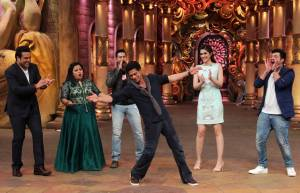 SRK charms ladies in Comedy Nights Bachao