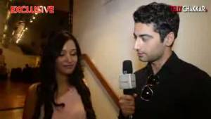 Preetika inspires Harshad to become a bathroom singer