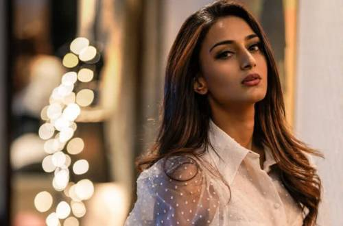 Kasautii Zindagii Kay's Erica Fernandes looks sizzling in THIS pink swimsuit