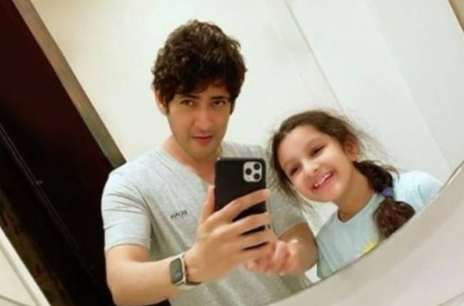 Mahesh Babu Tries 'mastering Mirror Selfie' With Daughter Sitara
