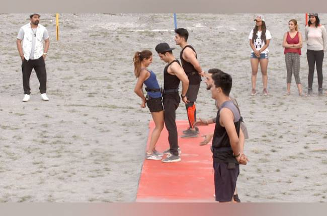 "Contestants shout ""Aa chipak"" in the first task of Splitsvilla X"