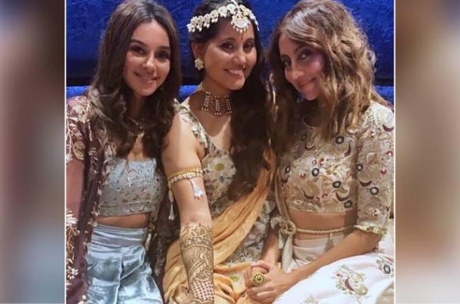 Shibani-Dandekar-With-Her-Sister's