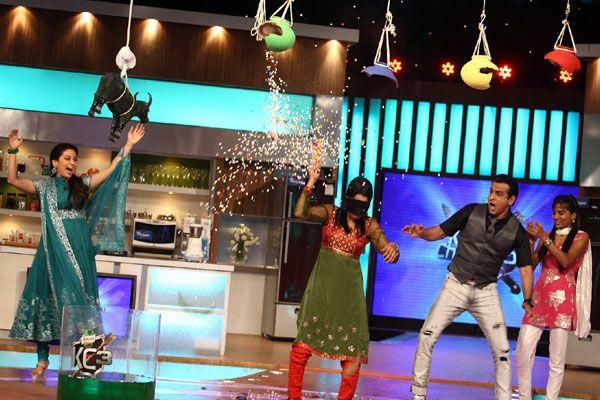 Kitchen Champion 3 host Ronit Roy as set to break the matki.