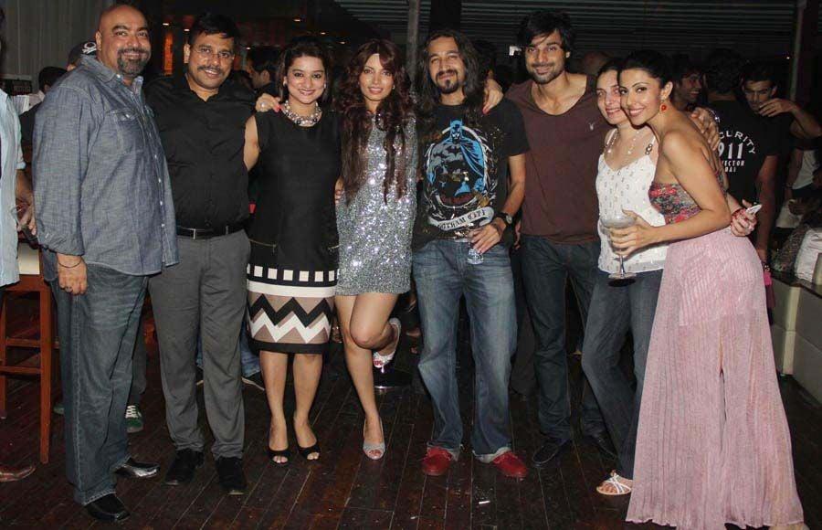 from left to right-Vicky Tejwani,Shahrukh ansari,Alexx O neil, Shruti Tejwani,Shama sikander and Vipul D. Shah