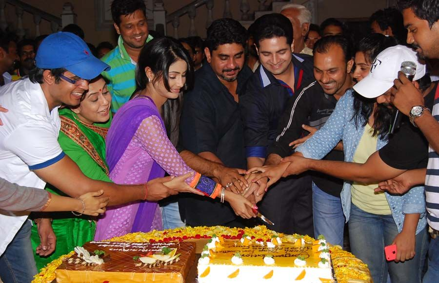 Cake cutting ceremony: Yeh Rishta Kya Kehla Hai completes 1400 episodes