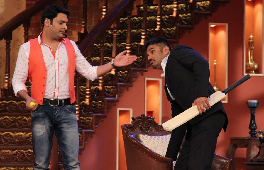 Sunil Shetty and Vinod Khanna with the whole cast of Comedy Nights With Kapil