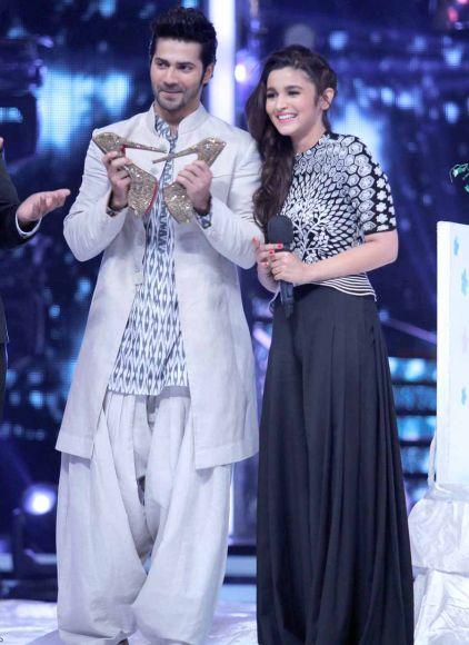 Ranvir-Shorey-looks-upon-as-Sidharth-Shukla-dances-with-co-host-Drashti-Dhami