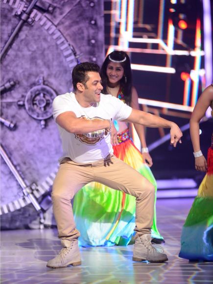 Jacqueline Fernandez and Salman Khan on the sets of Jhalak Dikhhla Jaa