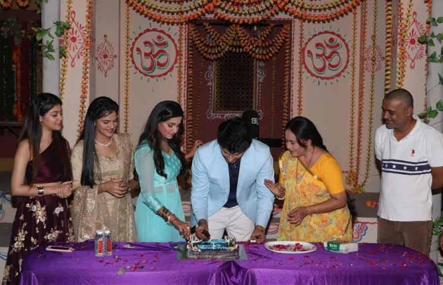 Namish Taneja celebrates birthday with his cast of Main Maayke...