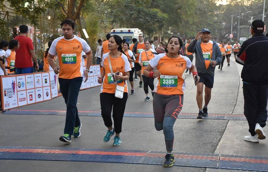 Madhuri Dixit encourged the parcipantats on the Parinee Juhu Half Marathon