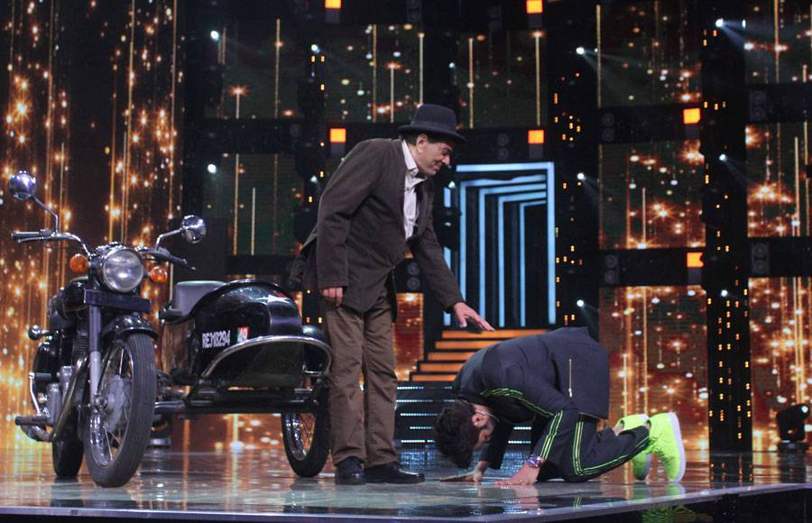 In pics: Maniesh Paul recreate Jai Veeru scene with Dharmendra on Li'l Champs